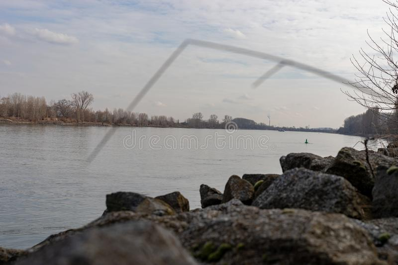 Fluss Rhein in den Würmern Rheinland-Pfalz Deutschland lizenzfreie stockbilder