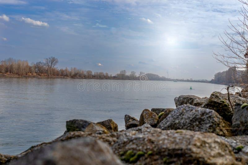 Fluss Rhein in den Würmern Rheinland-Pfalz Deutschland lizenzfreie stockfotografie