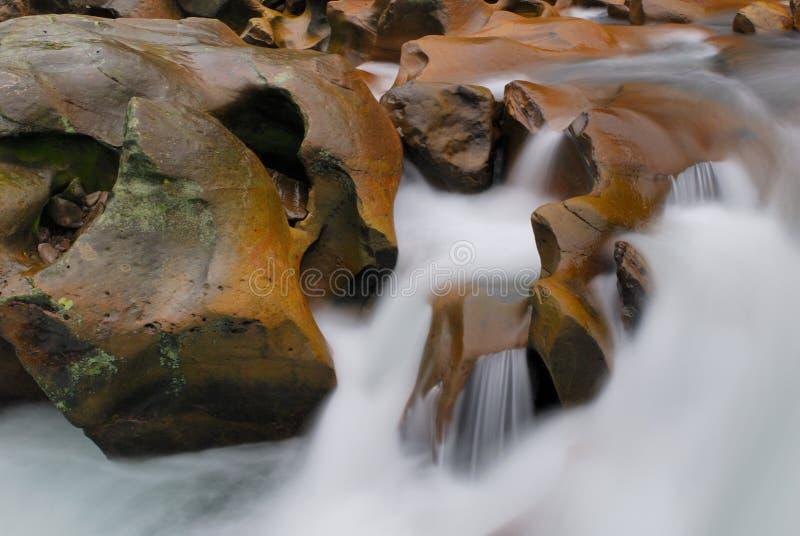 Fluss schaukeln zwar lizenzfreie stockfotografie