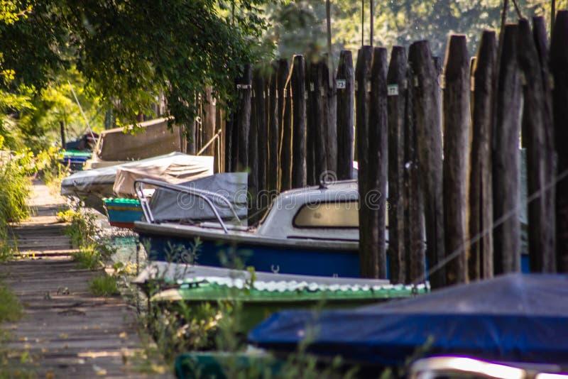 Fluss sile am Liegeplatzdock Dosson di Casier für kleine private Boote lizenzfreie stockfotografie