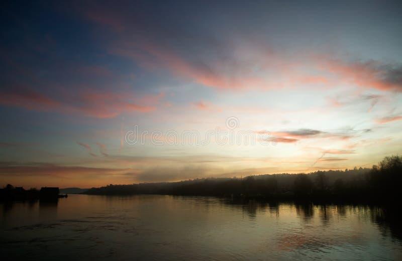 Fluss am Sonnenuntergang stockfotos