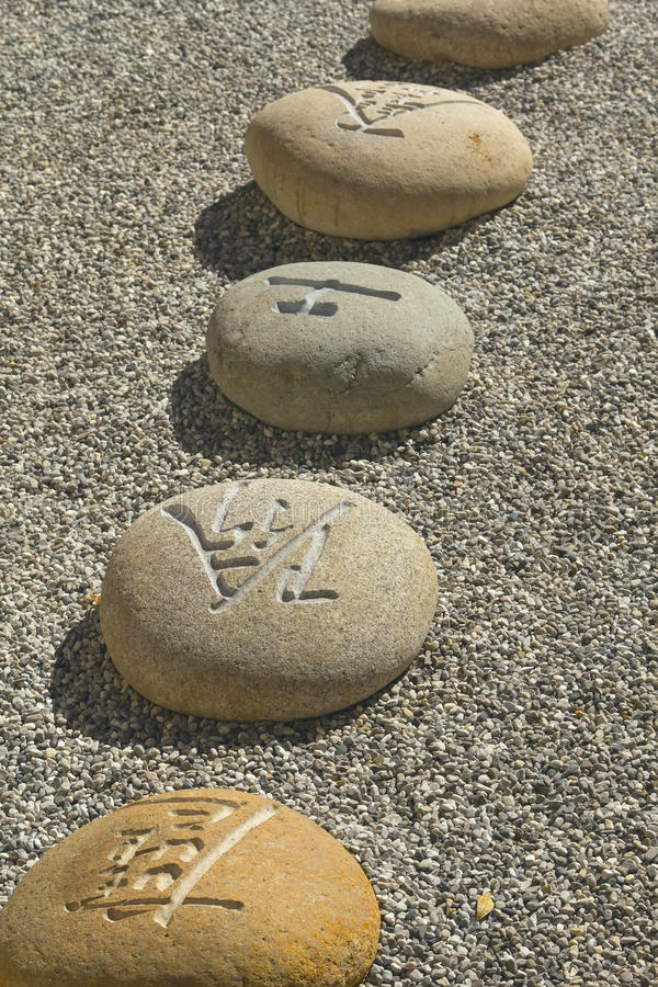 fluss steine mit chinesischen schriftzeichen stockfoto bild von ruhe rund 21953452. Black Bedroom Furniture Sets. Home Design Ideas