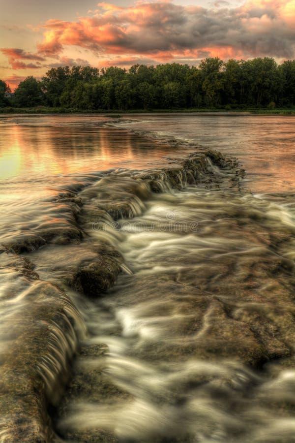Fluss-Stromschnellen-Sonnenuntergang lizenzfreies stockbild