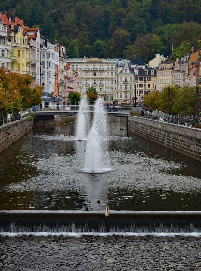 Fluss Tepla und typische bunte Terrassengebäude in Tschechischer Republik Karlovy Varys lizenzfreie stockfotos