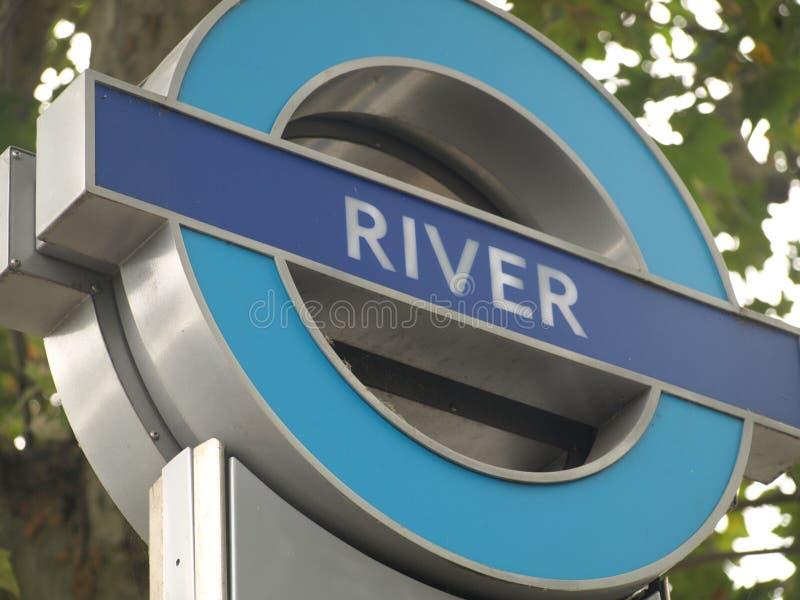 Fluss-U-Bahnstation unterzeichnen herein London stockbild