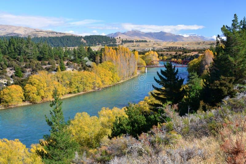 Fluss u. Brücke Clutha im Herbst, Otago Neuseeland stockbild