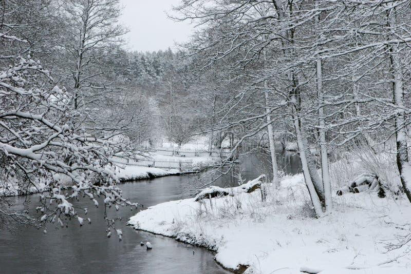 Fluss Ula im Winter stockfotos