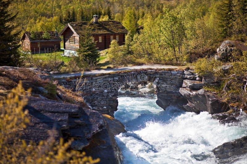 Fluss und alte Steinbrücke lizenzfreies stockfoto