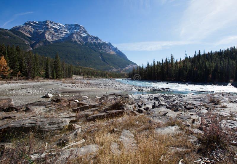 Fluss und Berge lizenzfreies stockfoto