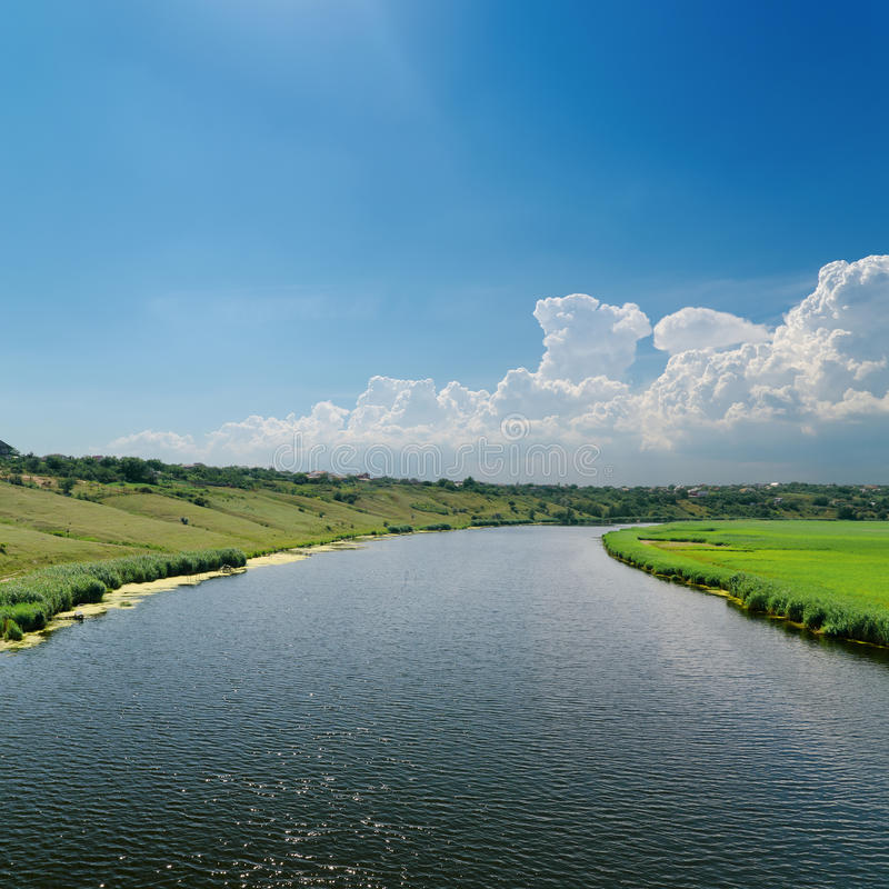 Fluss und blauer Himmel stockfotografie