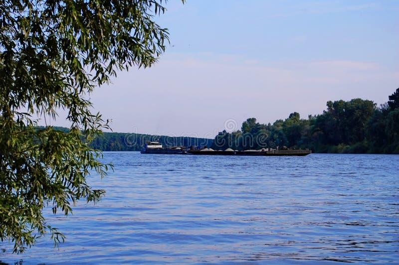 Fluss und Boot Tisa lizenzfreie stockfotos