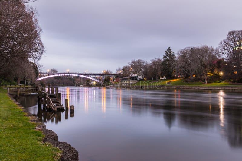 Fluss und Brücke stockfoto
