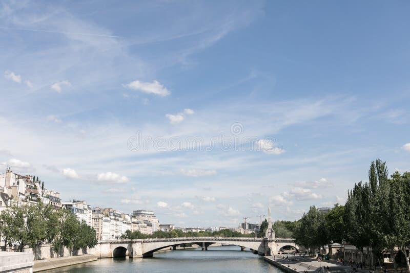 Fluss und Brücke in Paris stockfotos