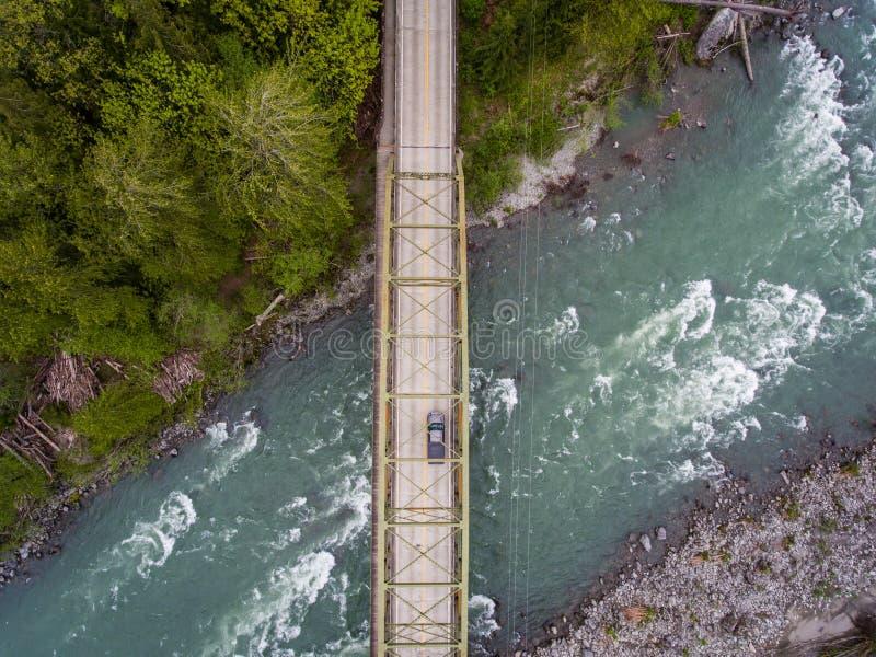 Fluss und Brücke Skykomish lizenzfreie stockfotos