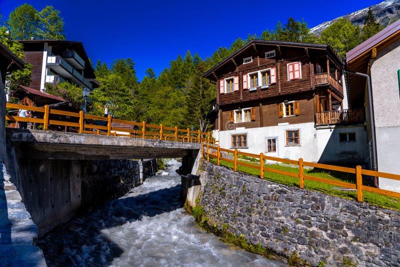 Fluss und Chalet im Schweizer Dorf in den Alpen, Leukerbad, Leuk, Visp stockbild