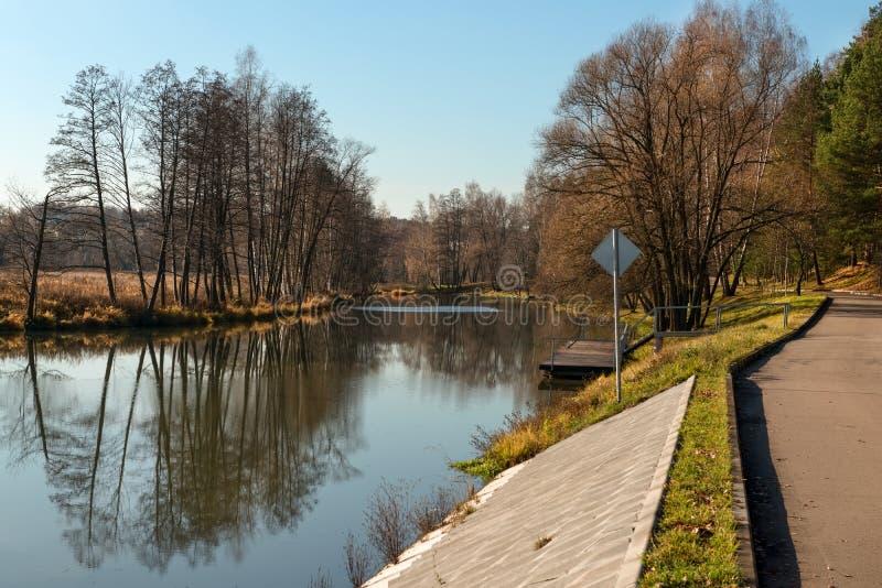 Fluss und Damm im Herbst stockfoto