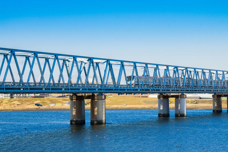 Fluss und Eisenbahn stockfotografie