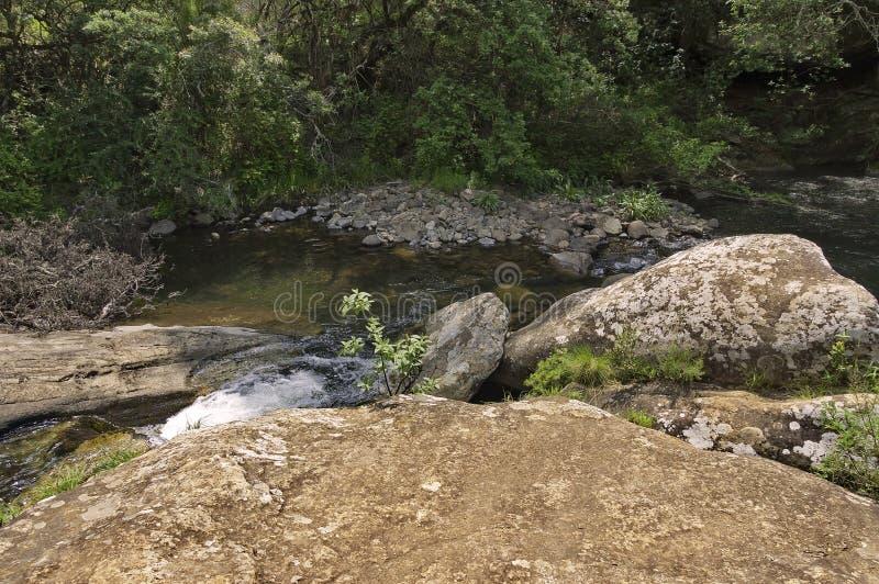 Fluss und Felsen in Giants ziehen sich Kwazulu Natal Naturreservat zurück lizenzfreies stockbild