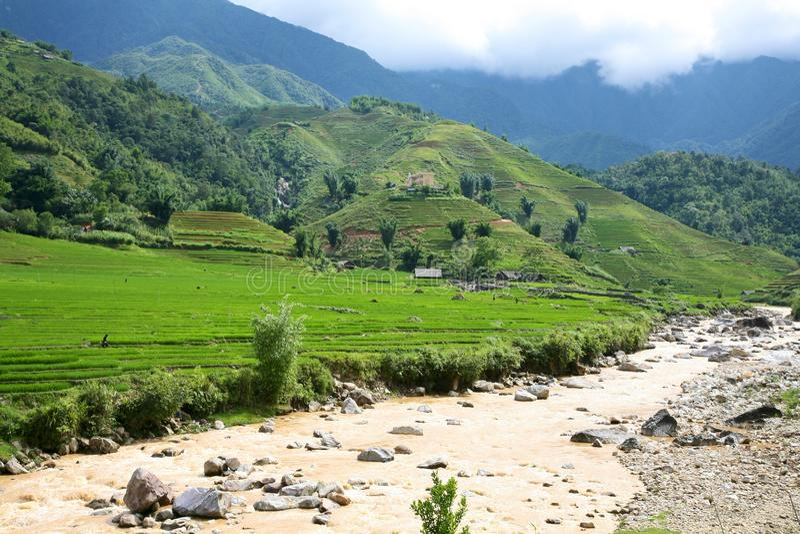Fluss und Hügel in Sapa, Vietnam lizenzfreies stockbild