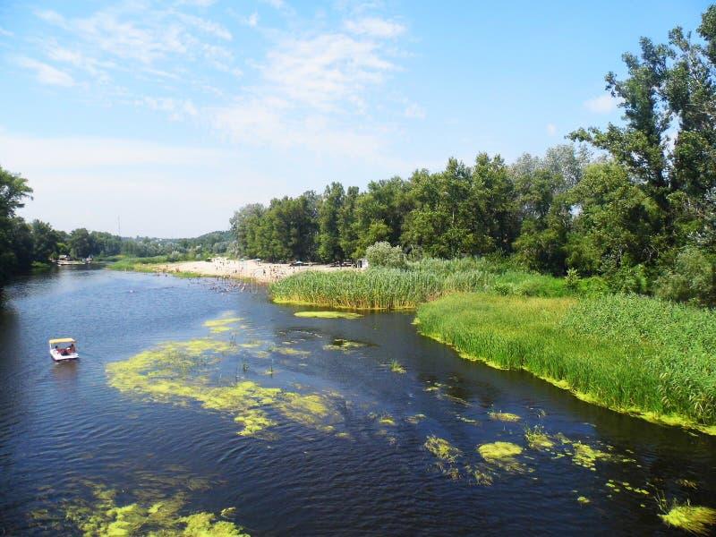 Fluss und Katamaran stockfoto