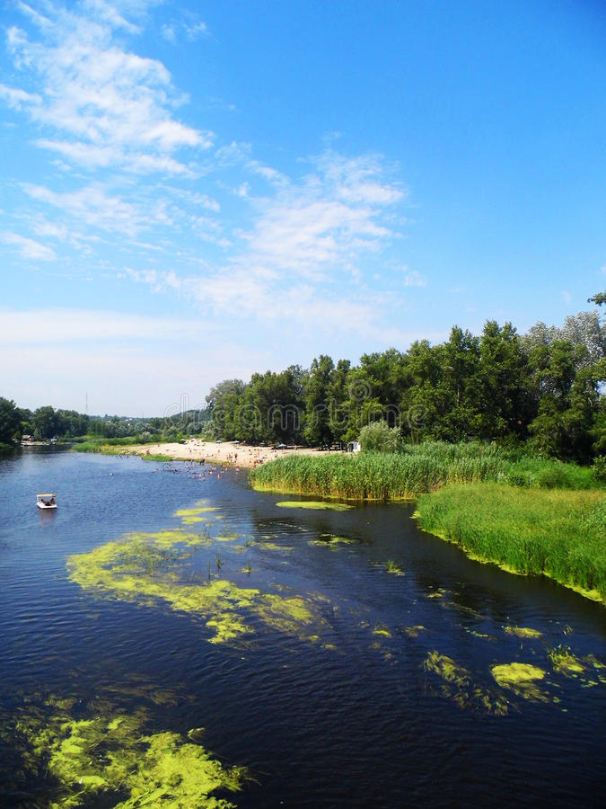 Fluss und Katamaran stockfotografie