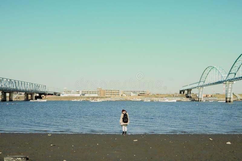 Fluss und Mädchen lizenzfreie stockfotografie