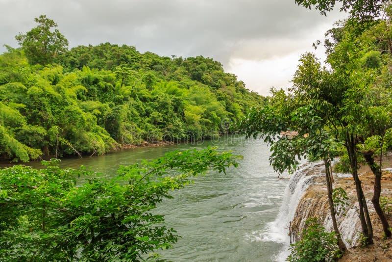 Fluss und Saiyok Noi Waterfall Kwai noi lizenzfreie stockfotografie