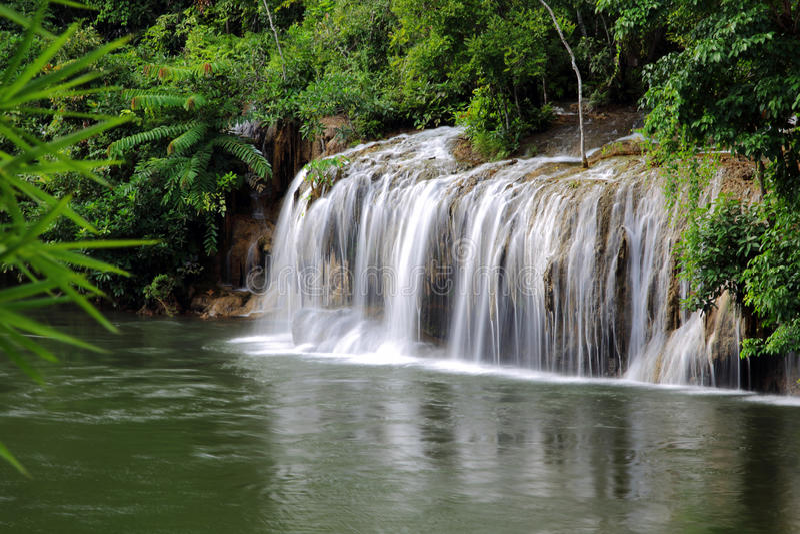 Fluss und Saiyok Noi Waterfall Kwai noi stockbilder