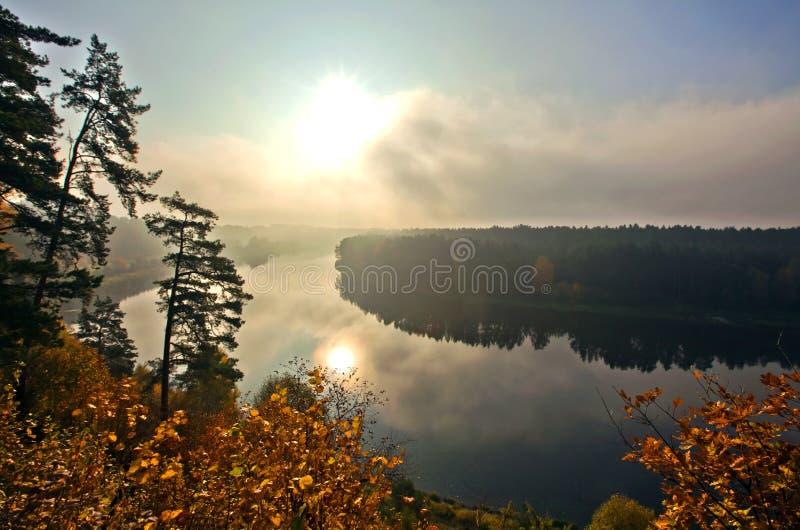 Fluss und Wald in einer Herbstlandschaft stockfotografie