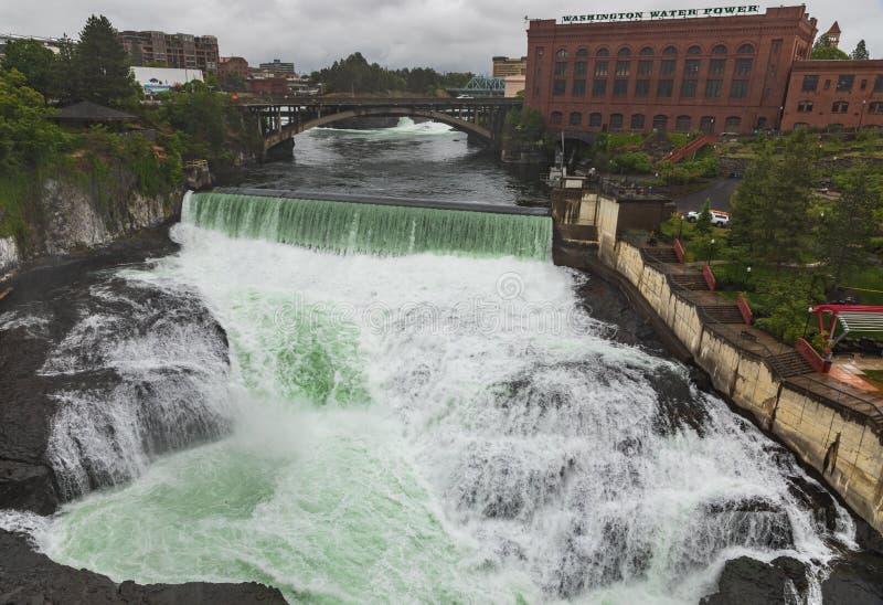 Fluss und Wasserfälle Spokanes Washington am regnerischen Tag stockfoto