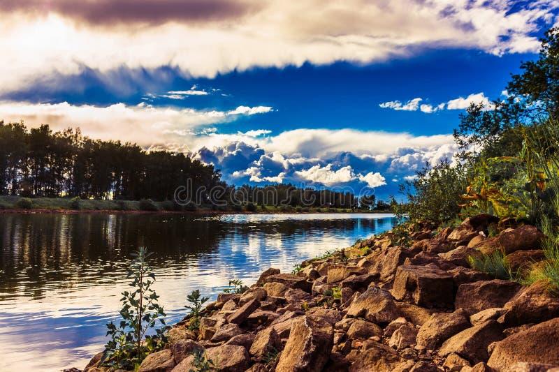 Fluss und Wolken lizenzfreies stockfoto
