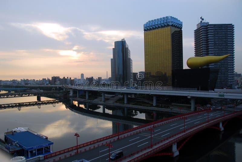 Fluss und Wolkenkratzer lizenzfreie stockfotografie