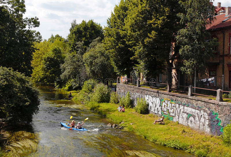 Fluss Vilnele nahe Uzupis-Nachbarschaft, Vilnius, Litauen lizenzfreie stockfotos