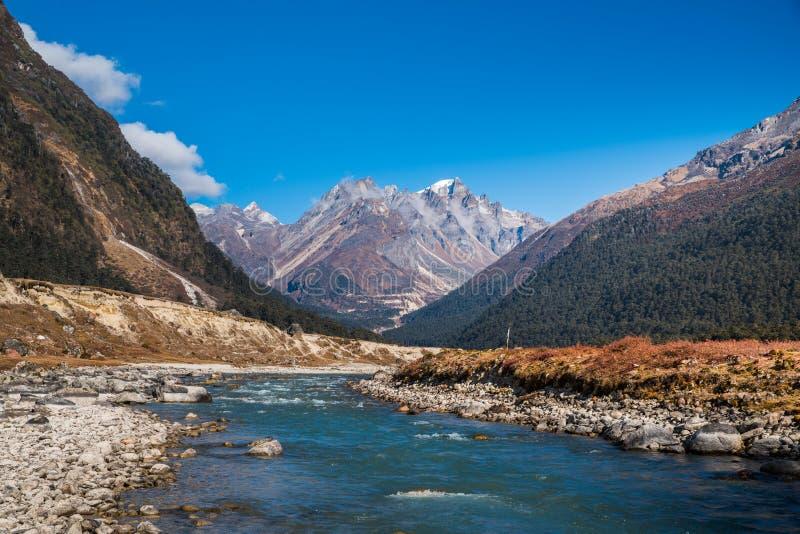 Fluss von der Eisschmelze auf Berglandschaftsansicht bei Lachung, freier Raum stockfotografie