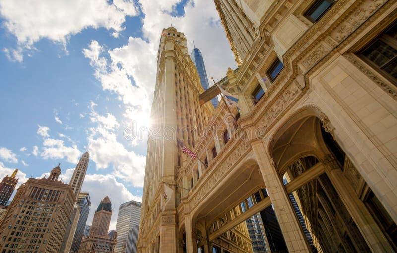 Fluss-Weg mit städtischen Wolkenkratzern in Chicago, Vereinigte Staaten lizenzfreies stockbild