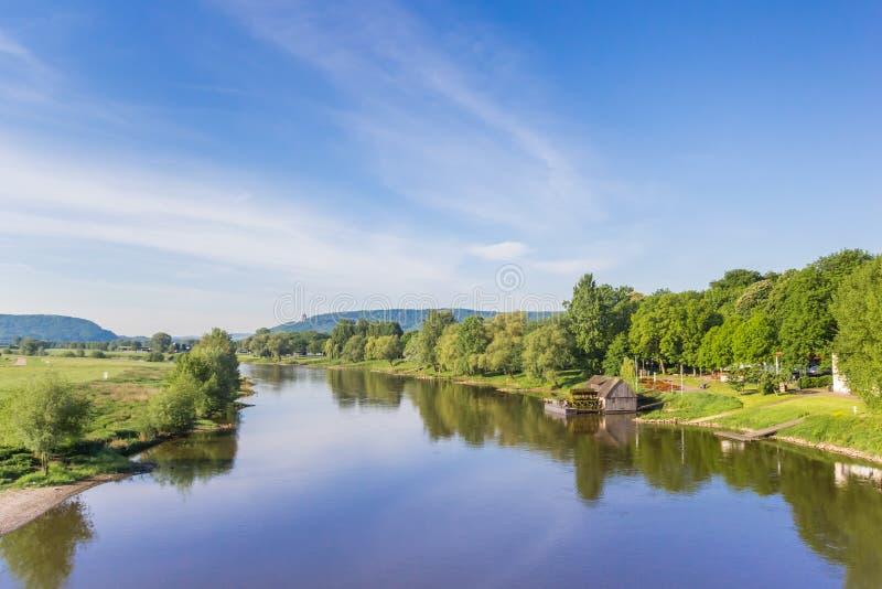 Fluss Weser und alte hölzerne Mühle nahe Minden lizenzfreie stockfotografie