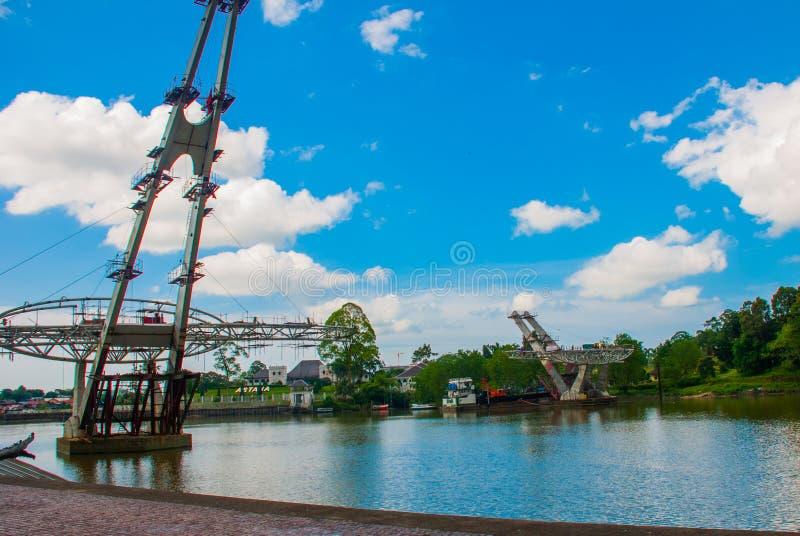 Fluss, wo eine neue Brücke Das Astana- oder Gouverneur` s Palast Kuching sarawak malaysia borneo lizenzfreie stockfotos