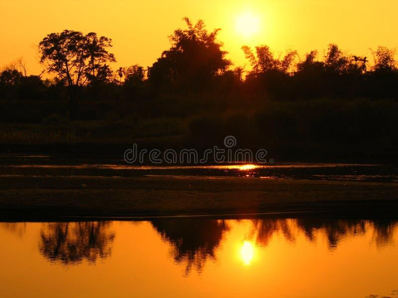 Fluss zur Abend-Zeit stockbild