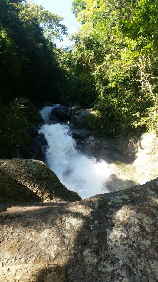 Fluss zwischen den Bergen stockbild