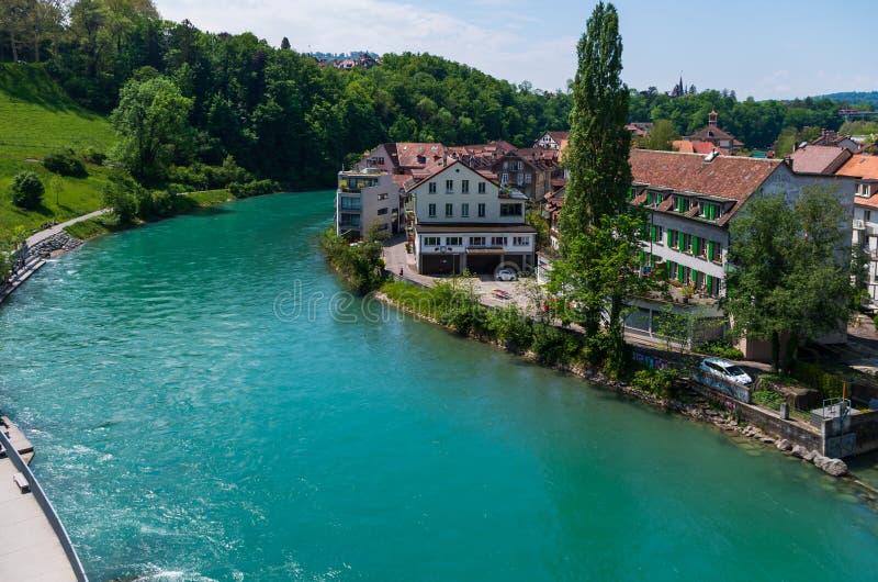 Flussansicht Aaraus Aare am sonnigen Tag die Bern-Stadt Schweiz-Sommers lizenzfreies stockfoto