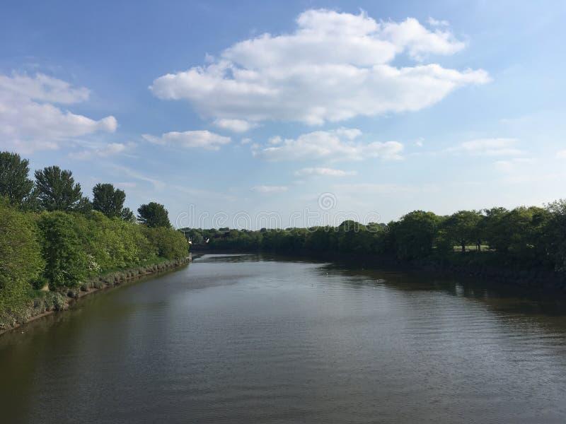 Flussansicht von der Brücke lizenzfreie stockfotografie