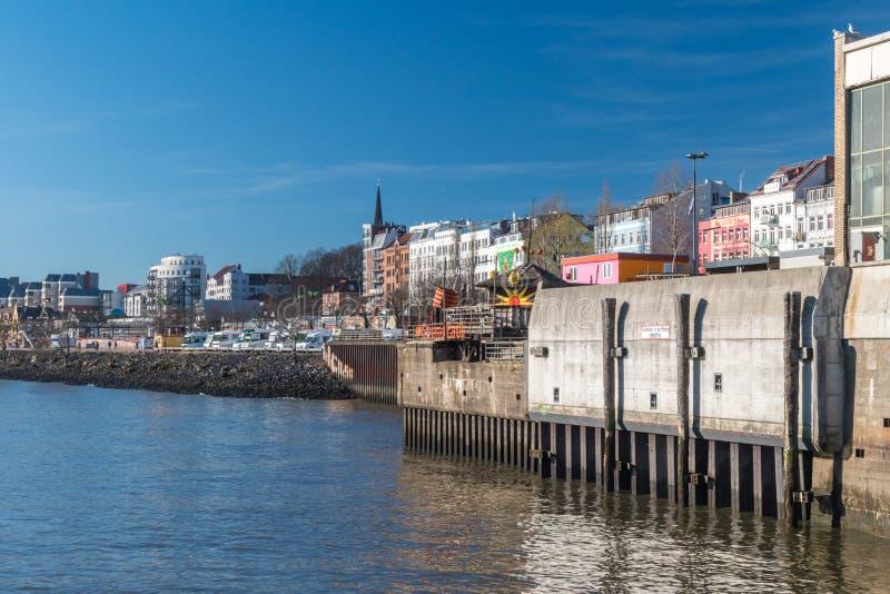 Flussbank von der Elbe an St. Pauli Quarter von Hamburg lizenzfreie stockbilder
