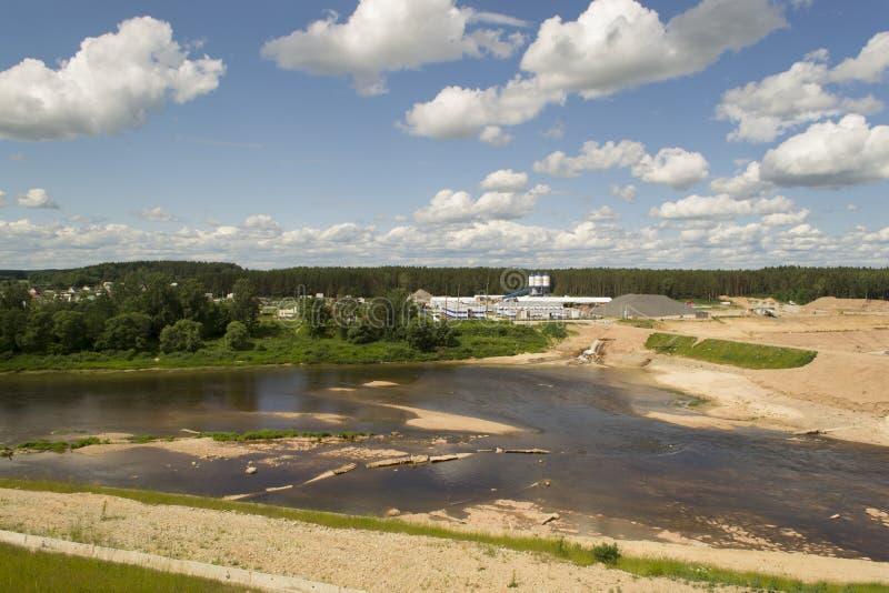 Flussbett geändert für errichtende Verdammung lizenzfreie stockbilder