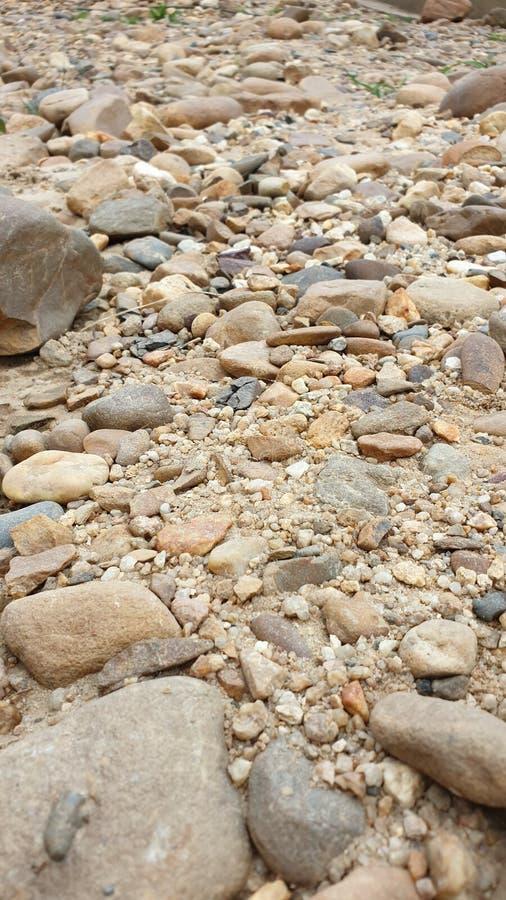Flussbettsteine in den Tropen lizenzfreie stockbilder