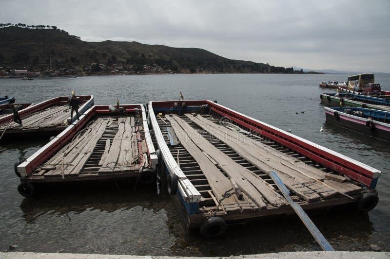 Flussfähren auf dem Ufer von Titicaca-See in der Straße von Tiquina in Bolivien lizenzfreies stockfoto