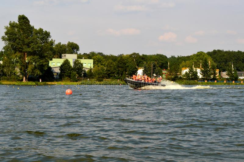 Flussfahrt auf einem See stockfoto