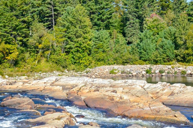 Flussfelsen und -strom in Quebec lizenzfreie stockfotos