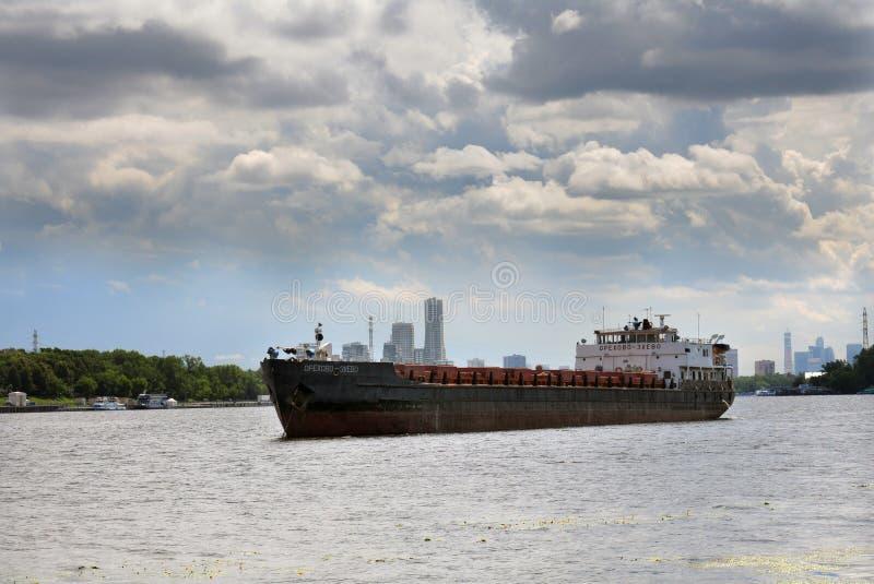 FlussFrachtschiff lizenzfreies stockfoto