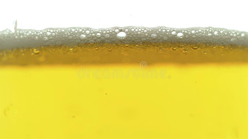 Flussi della schiuma della birra giù una tazza Oktoberfest fotografie stock
