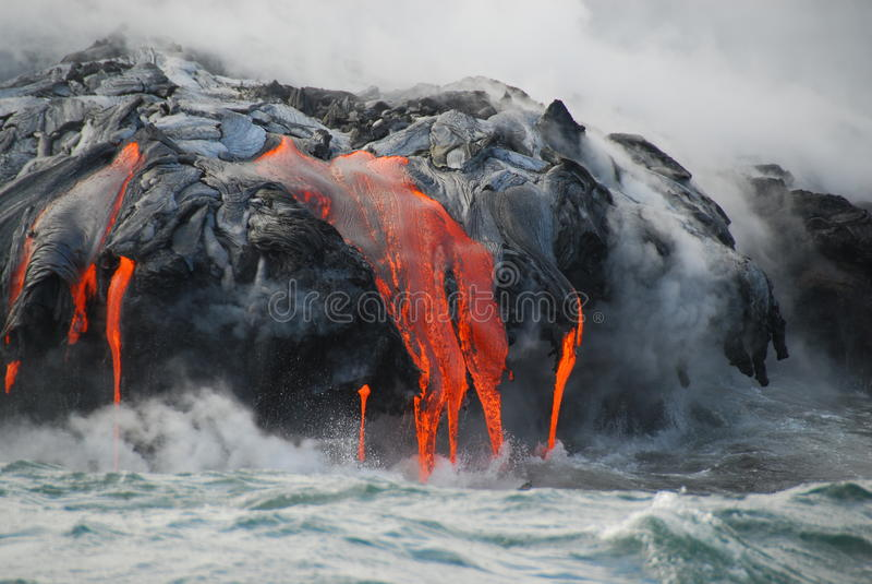 Flussi di lava multipli, oceano, vapore, fine in su fotografia stock